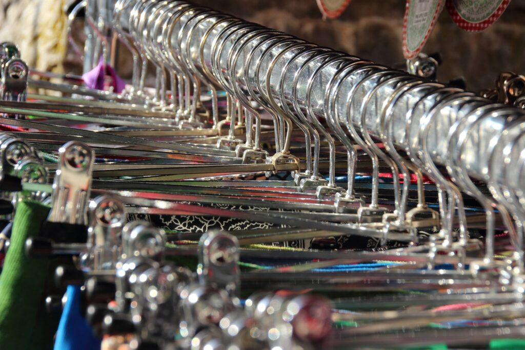 Kleider auf einer Kleiderstange